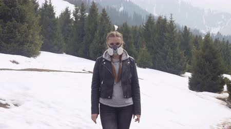 portrait of a girl in a gas mask in nature in winter Wideo