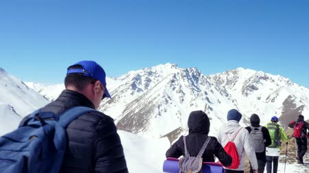dağcı : hikers in winter mountains going to climb top of a rocky hill. shot from behind Stok Video