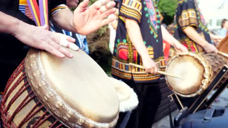perkusja : Group of people playing African drums, Djembe jembe in a sunny city street