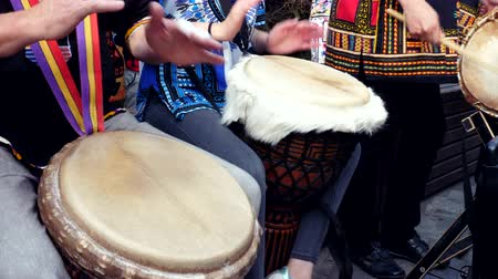 bennszülött : Close up. Hands playing on a djembe african drum, musical instrument. Street Stock mozgókép