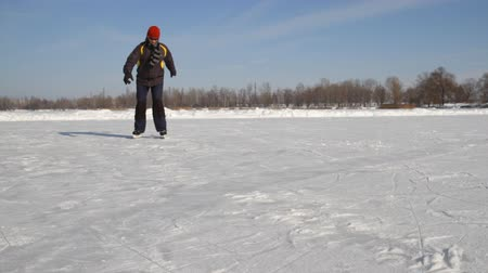 patim : Man Ice skating on the lake