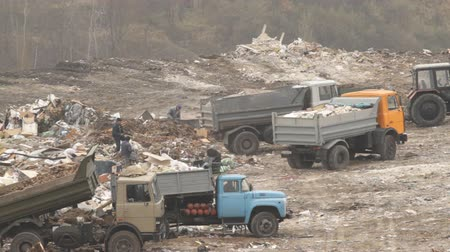 lixo : Garbage trucks unload garbage on a dump