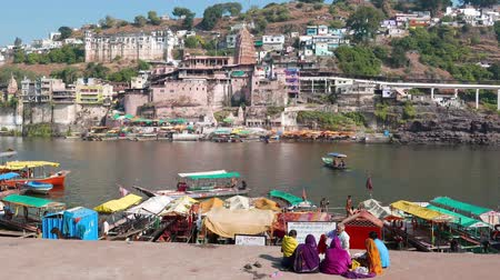 Omkareshwar, India - circa november 2017: Bedevaart naar de heilige stad Omkareshwar, Madhya Pradesh, India. Stockvideo