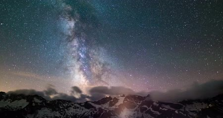 Milky Way Time Lapse, sterrenhemel draaien over de Alpen in de zomer. Bewegings wolken.
