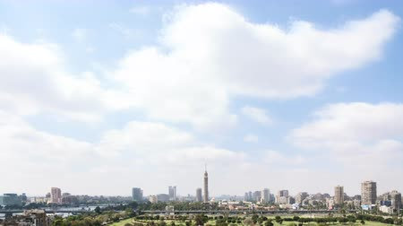 kahire : Time lapse of passing clouds over the city center of Cairo, Egypt, on a sunny day.