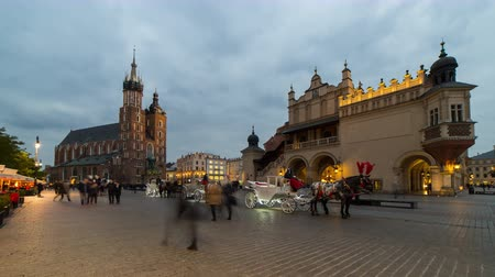 rynek glowny : Day to night timelapse on Rynek Glowny, the market square located in the center of the old town of Krakow, Poland. Stock Footage