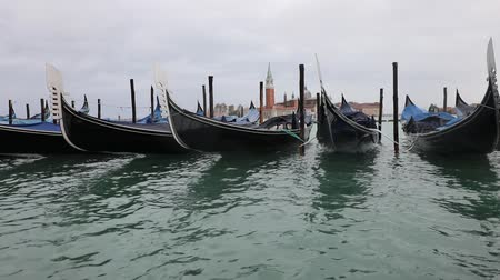 лодки : Gondolas are the typical boats in Venice Стоковые видеозаписи