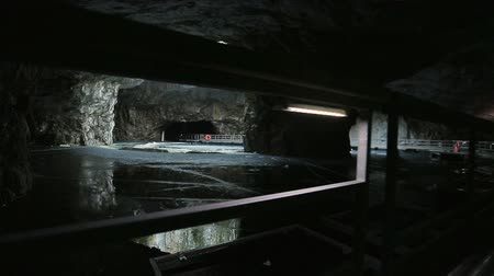 delikleri : The panton way on the underground lake in the marble cave Stok Video