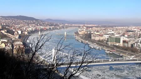 turistik : View of the Danube during the winter, Budapest Stok Video
