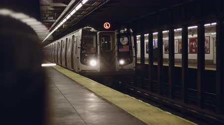 метро : New York City subway train arriving to the underground statio
