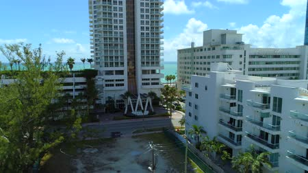 aanpak : Luchtfoto Akoya Miami Beach condominium Collins Avenue Stockvideo