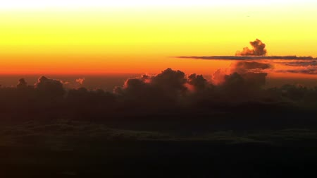 samoloty : Airplane flies by over fantastic sunset clouds. Unique, actual high altitude footage (no fake, computer animation). (no fake, software-generated imitation). Wideo