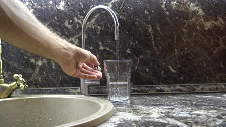 purificado : Water is poured in a glass
