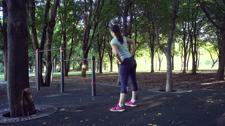 flexibilidade : The girl carries out warm-up