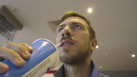 słoma : A man drinks soda water
