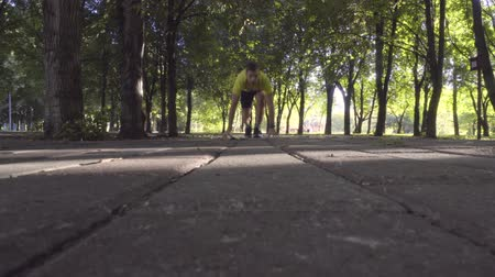 fama : Male athlete running in the Park.
