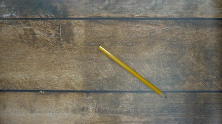 papeteria : Pencil rolling on a wooden table