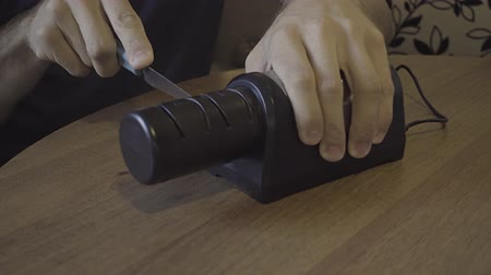 bilenmiş : Sharpening a kitchen knife with an electronic sharpener