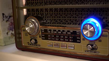 sintonizador : Adjusting the volume knob of the retro radio