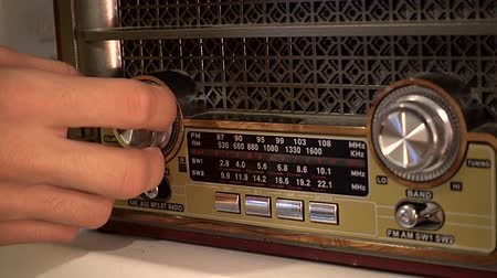 alıcı : Adjusting the volume knob of the retro radio