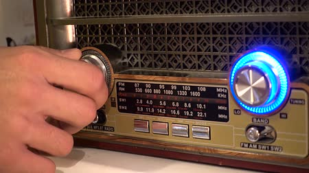 kötet : Adjusting the volume knob of the retro radio