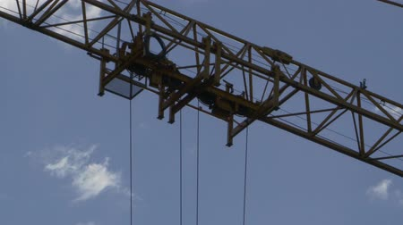 emel : The mechanism of lifting the hook of the tower crane moves along the boom Stock mozgókép