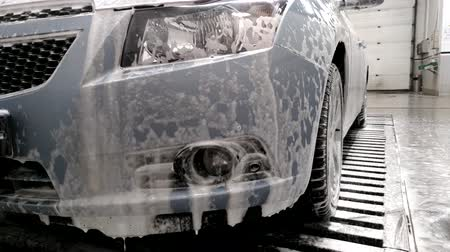 yıkayıcı : Foam dripping from the bumper of the car at the car wash