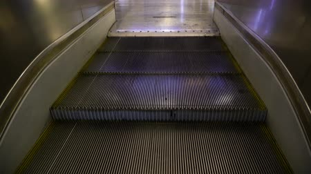 hajtogatott : The canvas of the escalator moves and on the rise the steps are folded Stock mozgókép