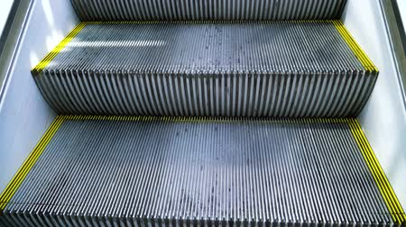 corrimão : The rise of the escalator in the first person.