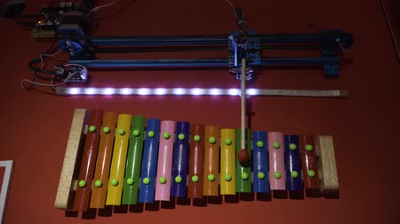 percussão : The robot plays music on xylophone