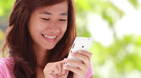 текст : happy young woman receiving text message from smart phone