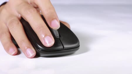 kurzor : Woman hand scrolling up and down a computer mouse Dostupné videozáznamy