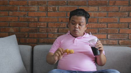 ivászat : Young fat man eating