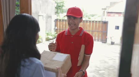 listonosz : delivery man delivering box