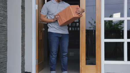 kurier : man recieve a delivery box Wideo