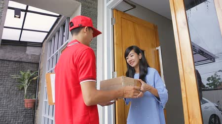 paket : delivery man delivering box