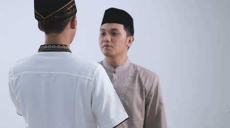 partneři : two muslim man greeting and embrace