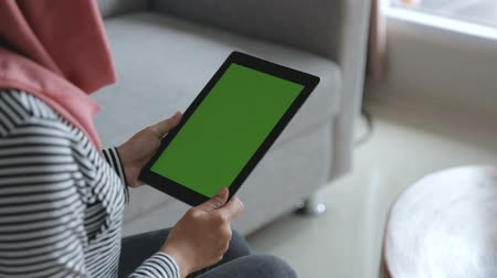 minder : asian woman using tablet. green monitor screen Stok Video