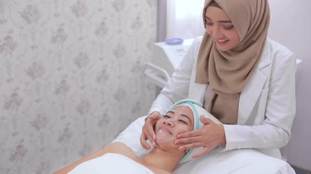 terapeuta : beautician perform beauty treatment