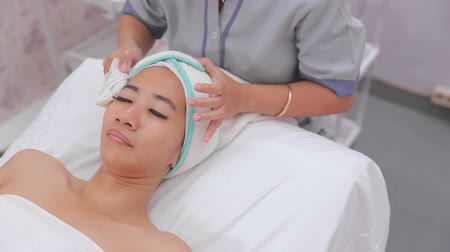beleza e saúde : beautician perform beauty treatment