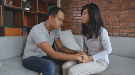 gerek : woman comforting her sad mourning man Stok Video