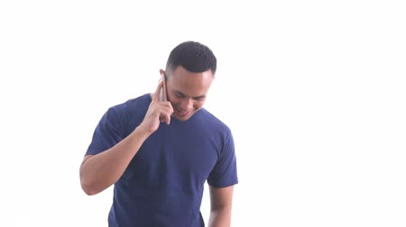 keyifli : handsome casual man wearing blue tshirt talking on the phone Stok Video