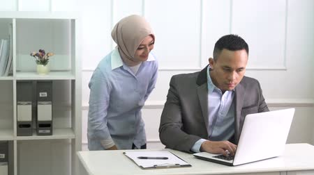 suggestion : a woman provide assistance to her coworker at office