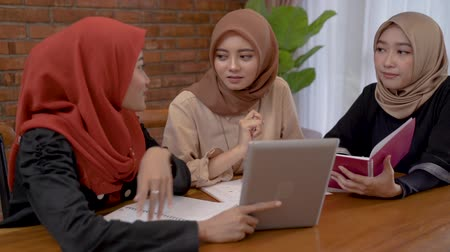 tabletler : muslim woman using tablet with friend together Stok Video