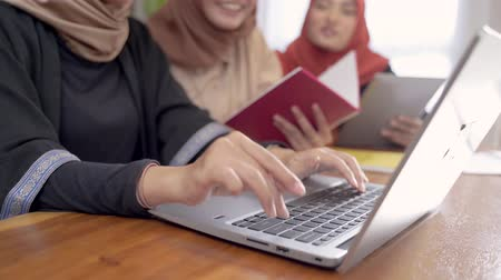 acadêmico : woman scarf student with friend work with laptop Stock Footage
