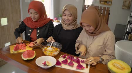 traditie : three hijab woman smiling when prepare fruits slice Stockvideo