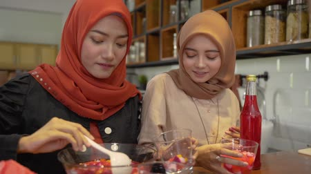 マレー語 : women hijab prepare fresh drink cocktail