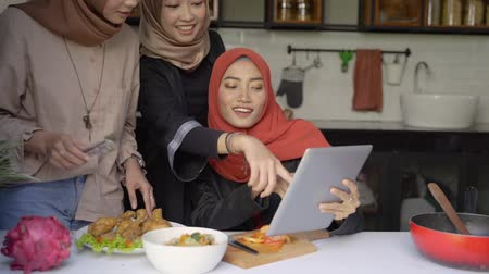 plating food : hijab woman and friends plating a cuisine in the kitchen Stock Footage