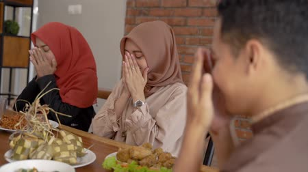 vasten : family prayed together before breaking the fast