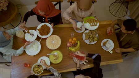 пост : Moments together with family breaking their fast